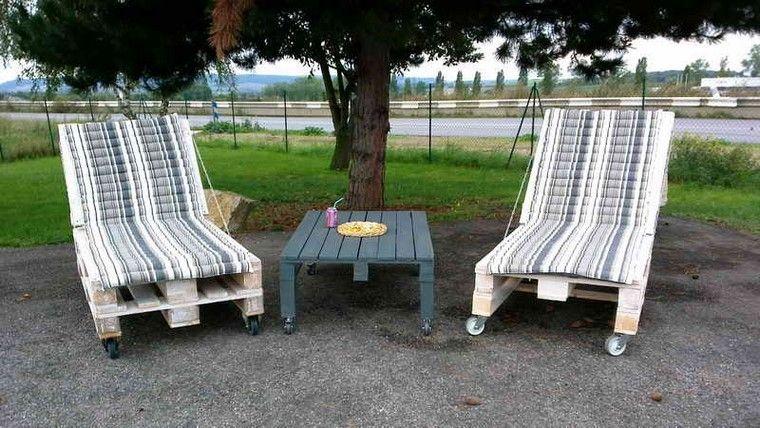 mobiliario de jardín con palets cojines patio arbol