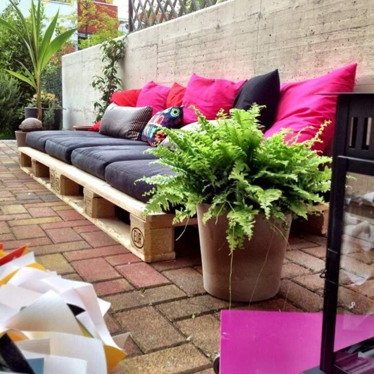 mobiliario de jardín con palets macetas palmera helechos