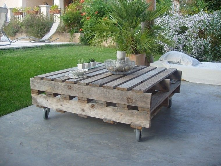 mobiliario de jardín con palets mesa cesped flores