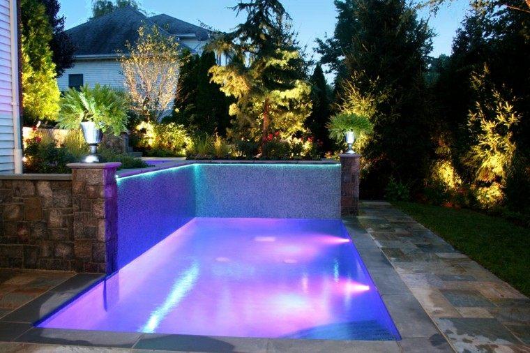 moderna piscina luces rojas rosas