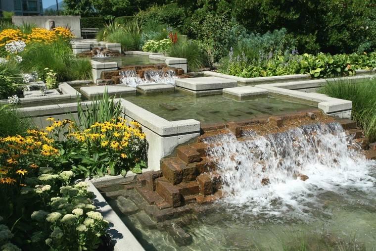 moderno flores cascada estanque jardin