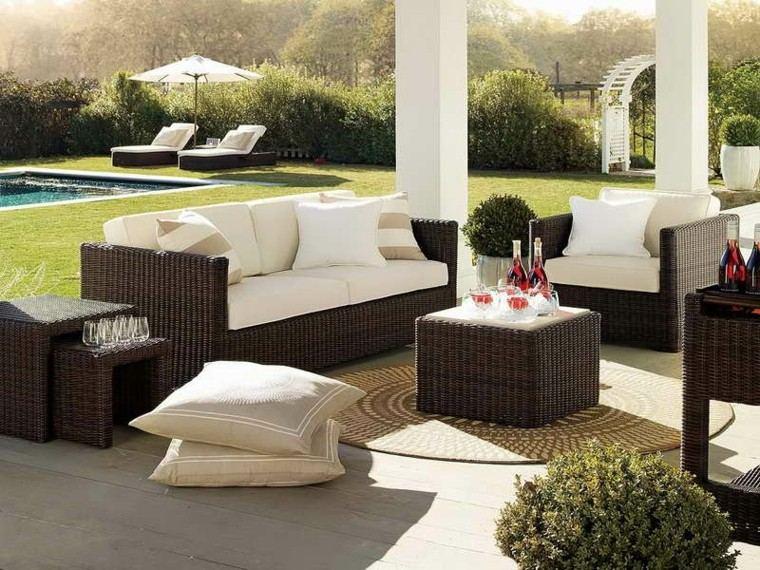 moderno mobiliario patio piscina botellas