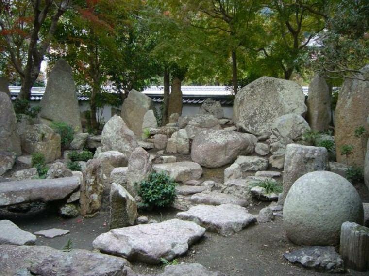 muchas rocas grandes deco jardin