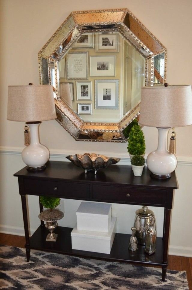 mueble diseño espejo dos lamparas macetas pequeñas