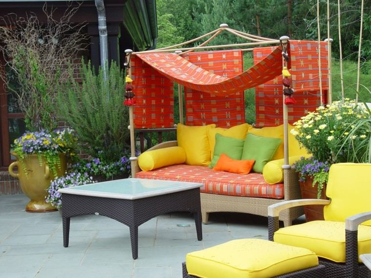 muebles cojines colores vivos mesa