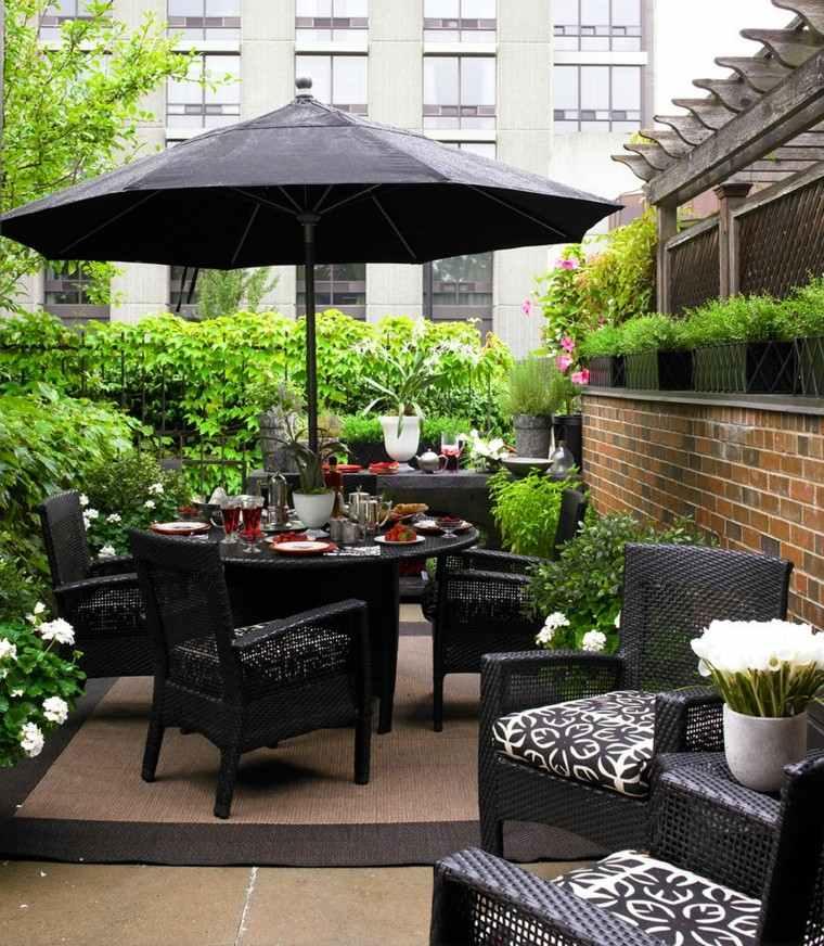 muebles negros elegantes sombrilla tambien terraza