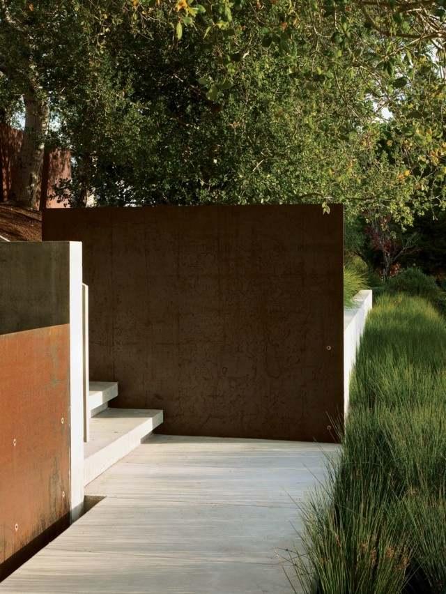 muro acero naranja exterior escalones