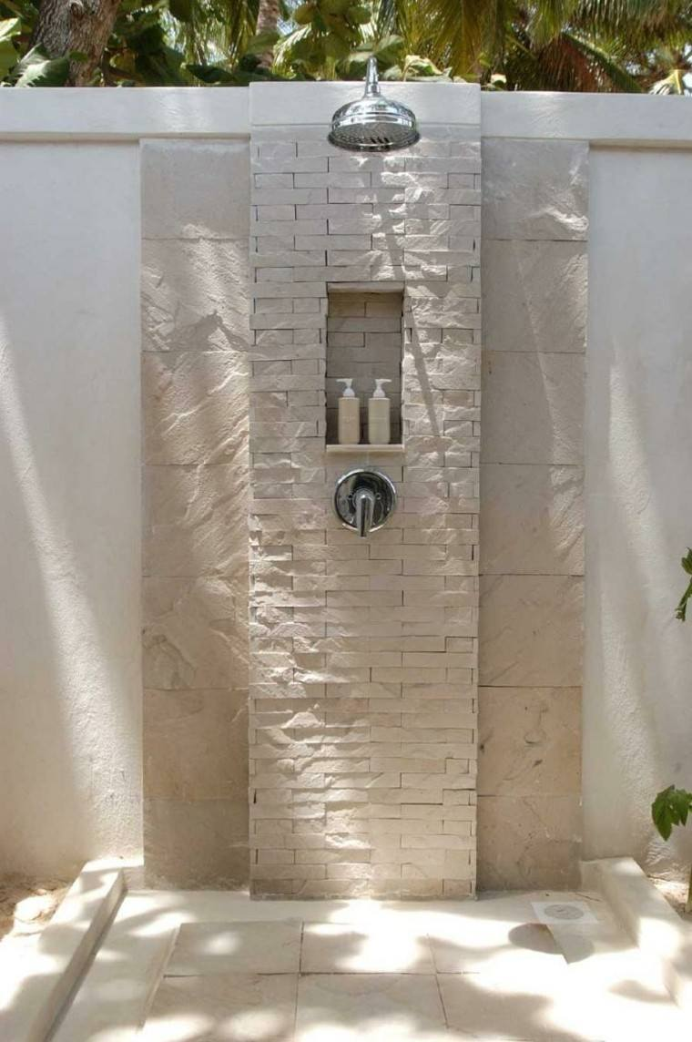 muro concreto palmera jabones ducha exterior