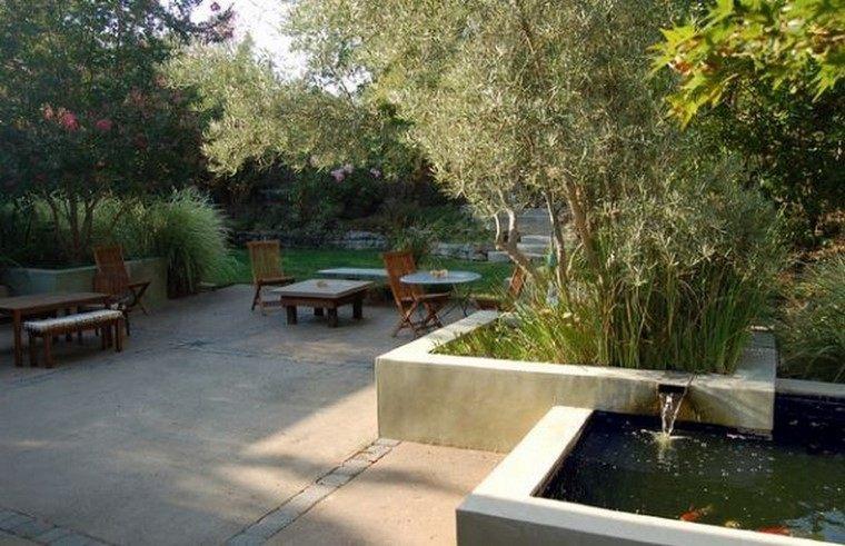 muro estanque sillas mesas peces