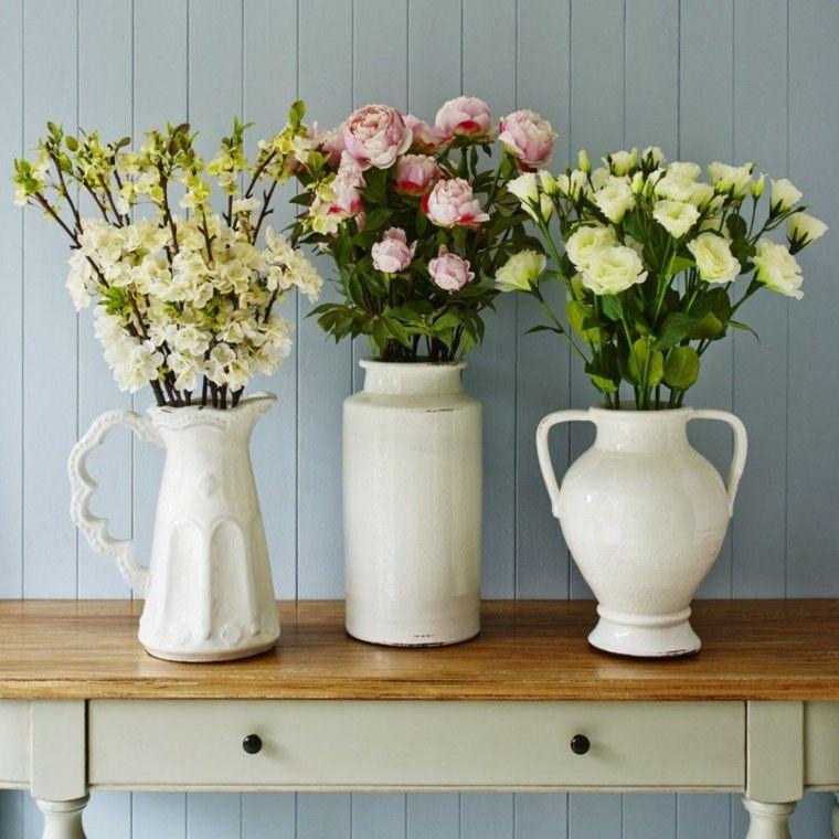 naturalismo flores distintos jarrones blancos fresca