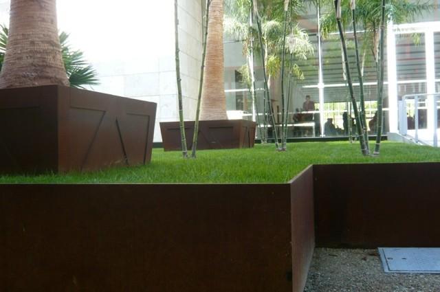 palmeras cesped acero jardineria moderna
