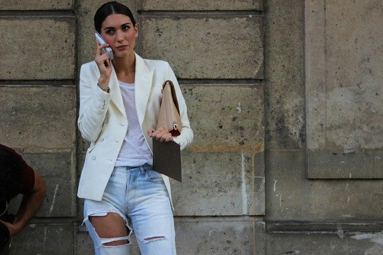 pantalón vaquero rajado chaqueta blanca