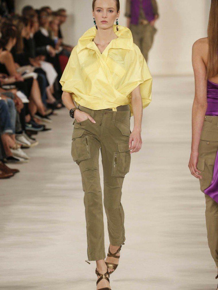 pantalones caqui bolsillos camisa amarilla