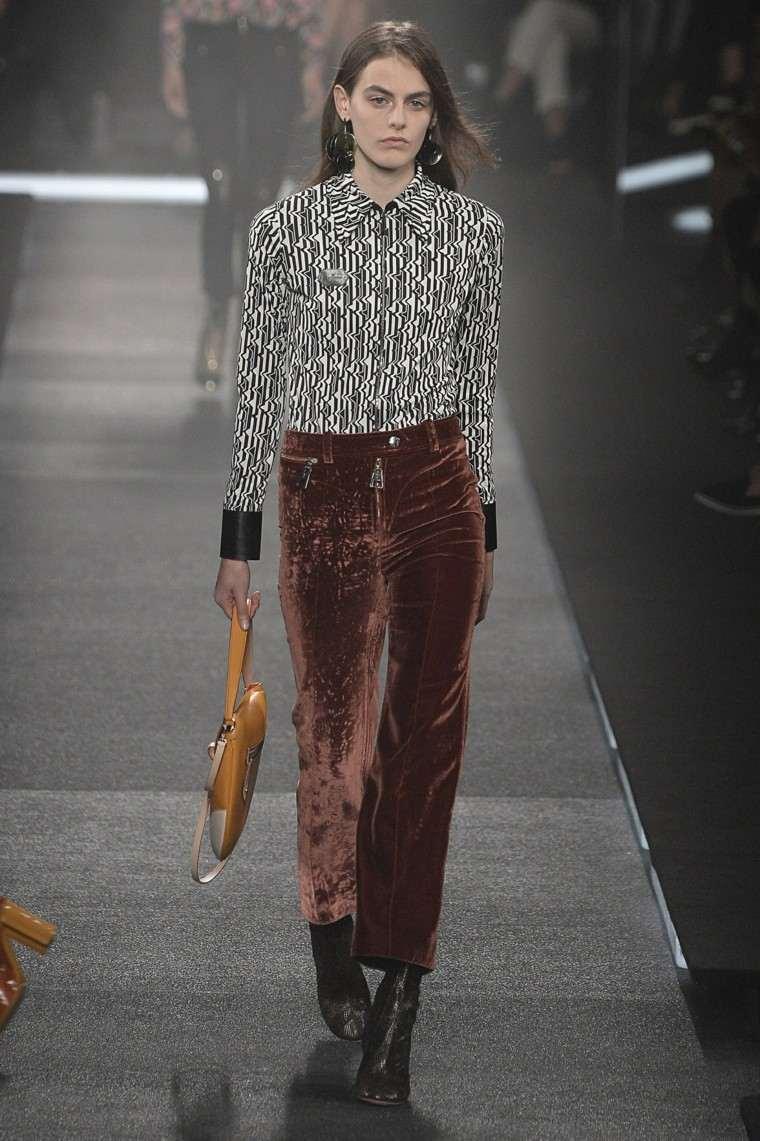 pantalones terciopelo marrón camisa colores
