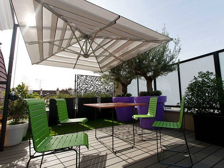 parasol moderno sillas colores terraza