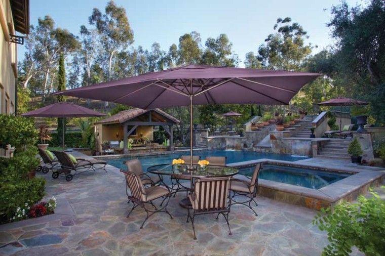 parasoles morados patio bonito mesa