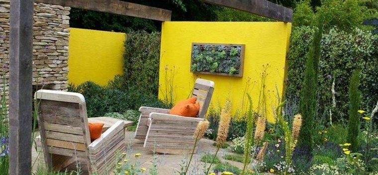 pared amarilla rocas muebles plantas