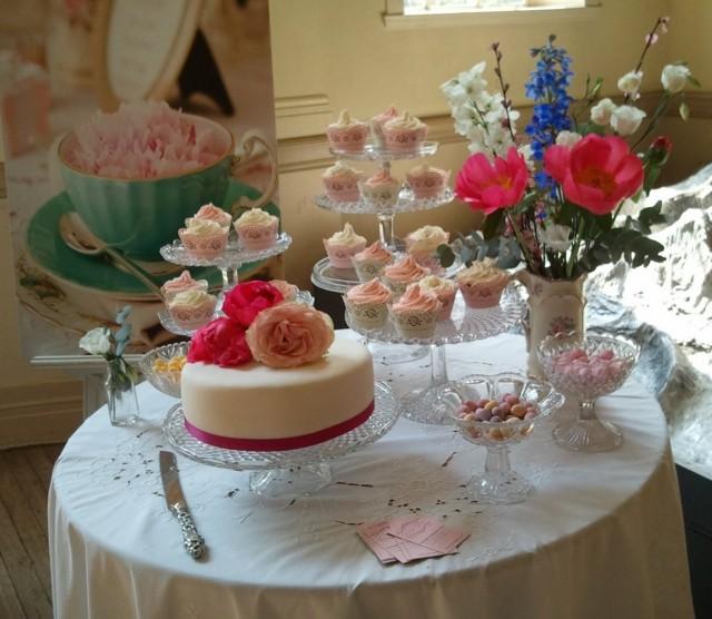 La primavera llega con flores para decorar la mesa -> Decoração De Mesa Do Bolo Para Casamento Simples