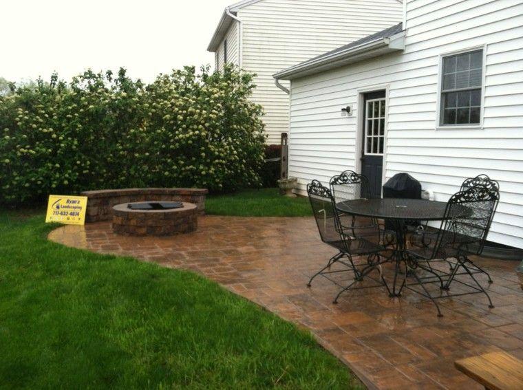 patio cesped pozo fuego plantas