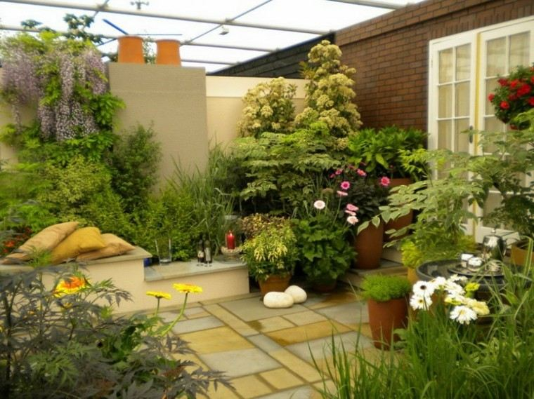 patio pequeño cojines amarillos plantas