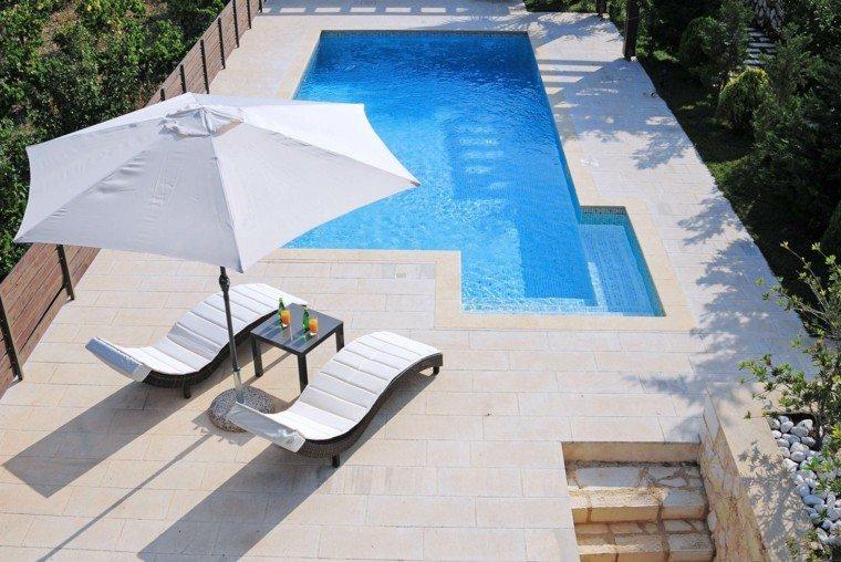 patio piscina grande sombrilla blanca tumbonas ideas modernas