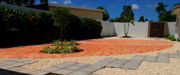 patio terraza naranjos grava baldosas