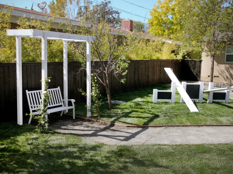 pequeña pergola jardin madera blanca