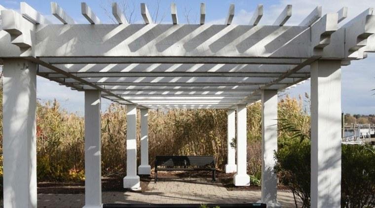 pergola blanca madera jardin grande