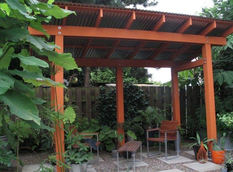 pérgola madera muchas plantas sillas