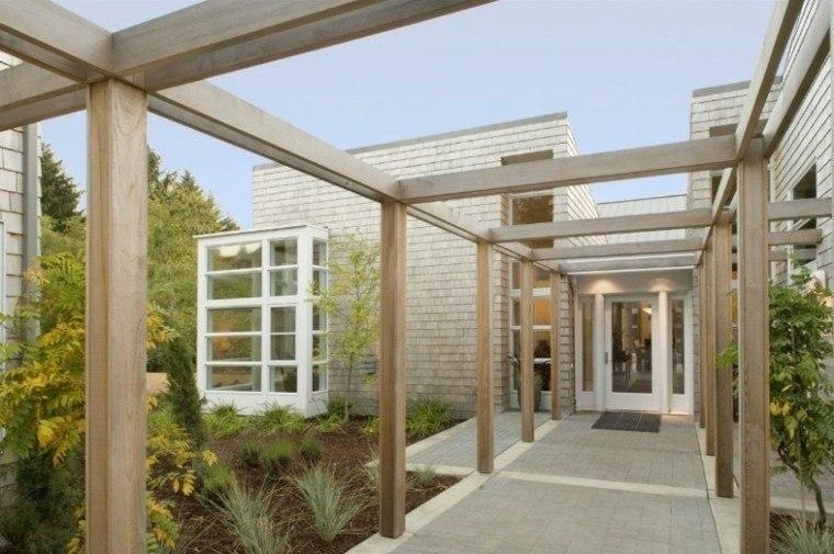 pérgola pasillo madera clara casa