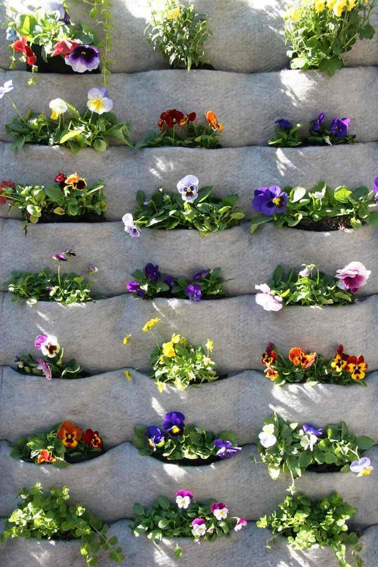 petunias jardinera hormigon jardín vertical