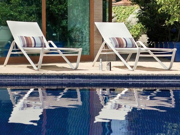 piscina exterior muebles tumbona blancas patio