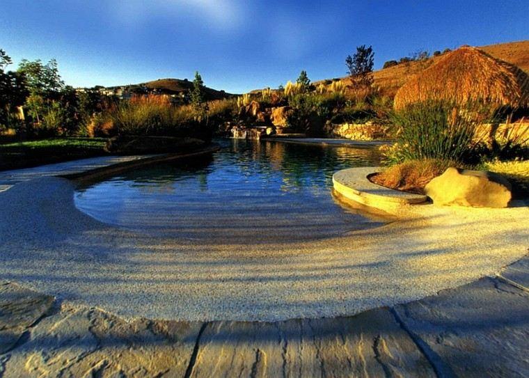 piscina lago natural piedras grava