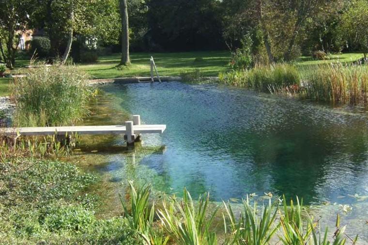 piscina lago natural trampolin madera