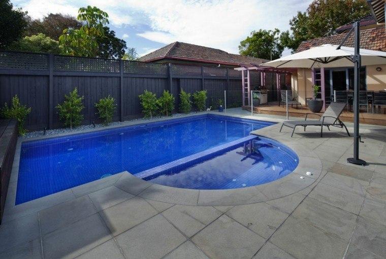 Una piscina peque a en el patio trasero un gran capricho - Jardines con piscinas fotos ...