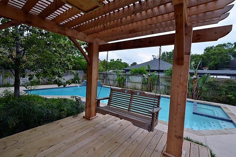 piscina y pérgola de madera silla colgante columpio