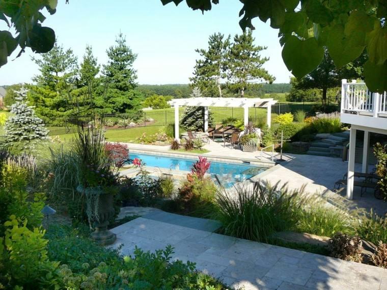 piscina y pergolas de madera plantas terraza macetas