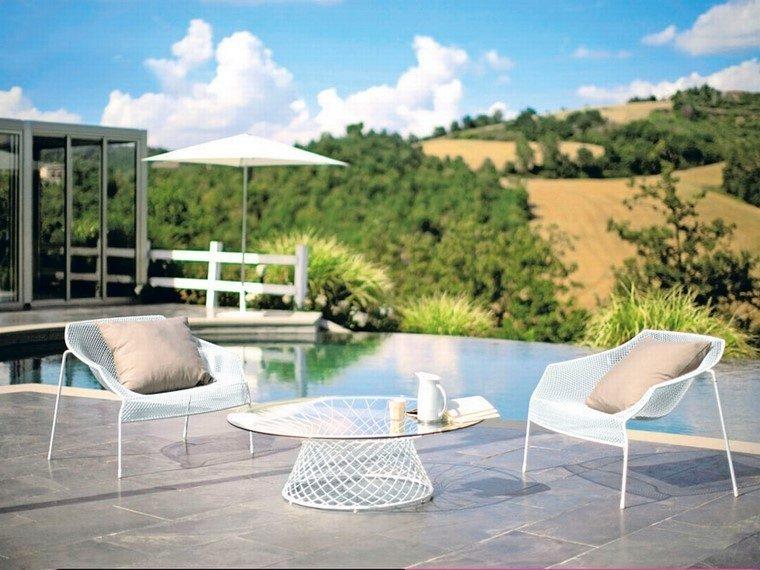 piscinas-bonitas-muebles-blancos-mesa-cristal