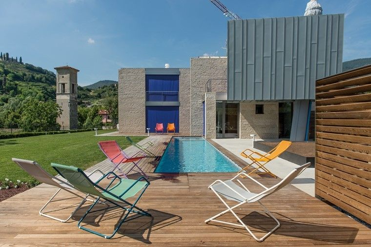 piscinas muebles coleres vibrantes suelo madera ideas
