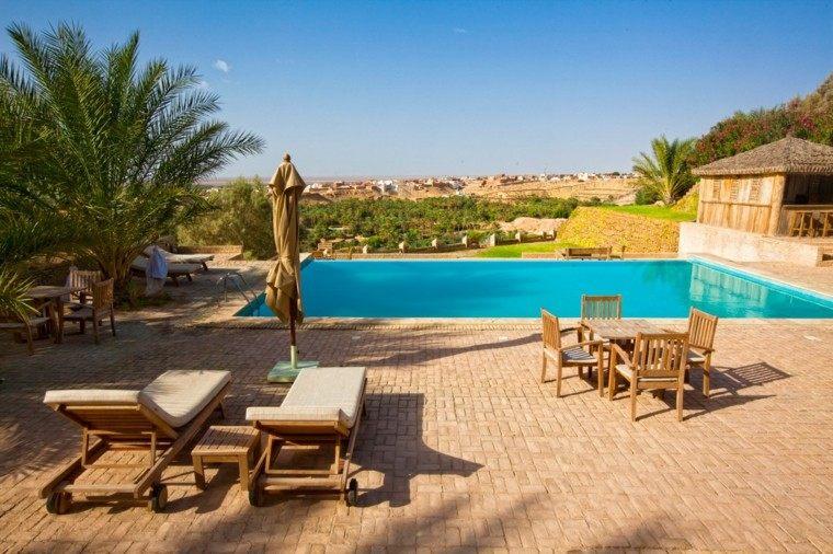 piscinas para jardín sillas madera sombrillas