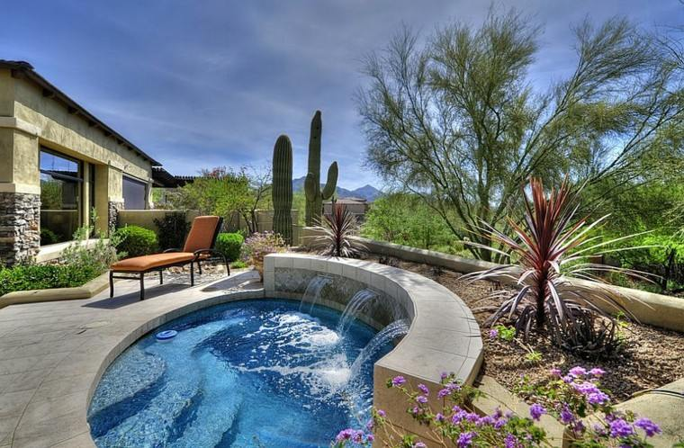 Una piscina peque a en el patio trasero un gran capricho for Jardines redondos pequenos