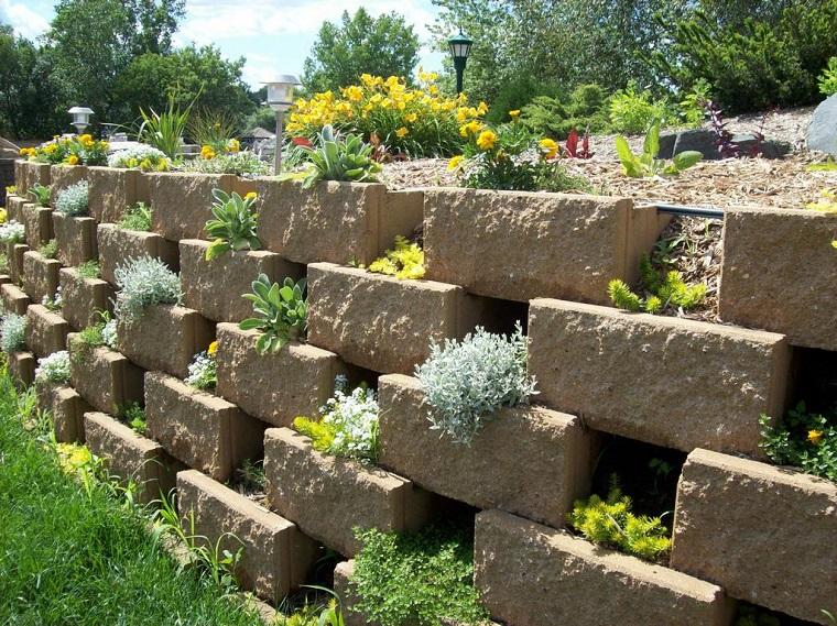 plantas entre bloques piedra jardín