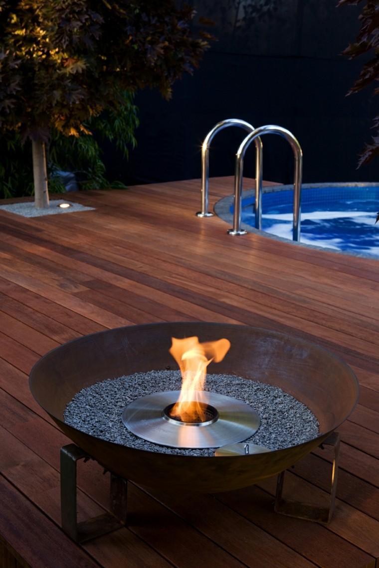 plato fuego piscina suelo madera piedras