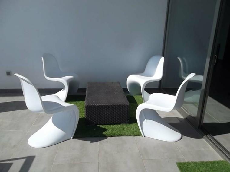 plazoleta patio mesa mimbre sillas