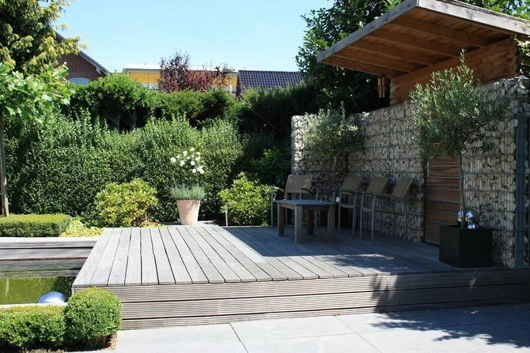 porche de jardín con tejado de madera