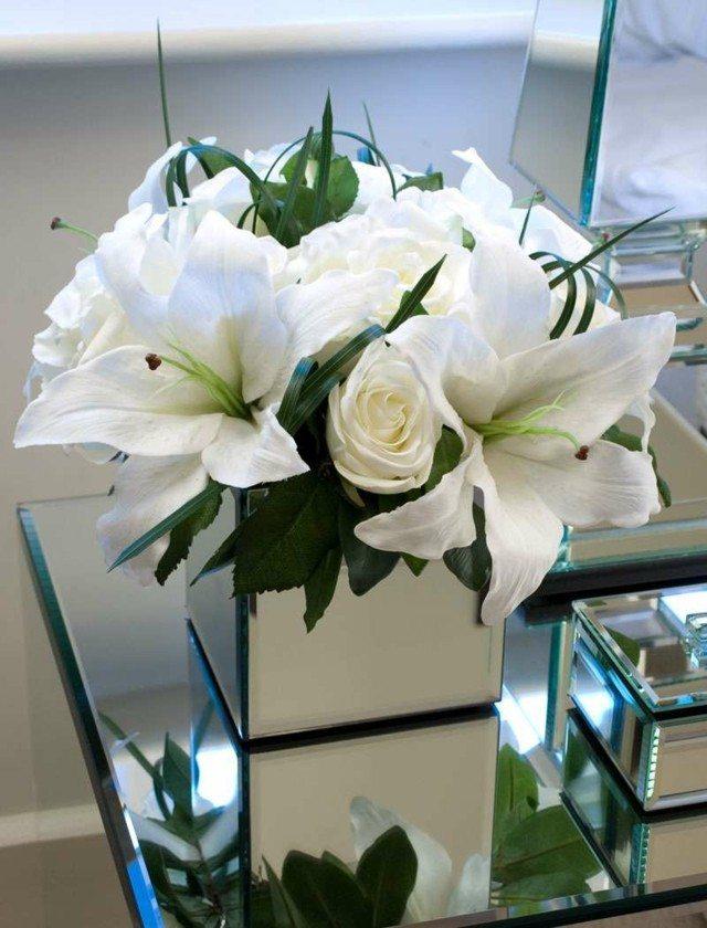 ramos de flores lilias rosas blancas jarron cuadrado moderno