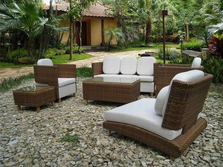 salon patio exterior madera grava palmeras