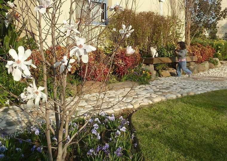 senderos jardines cesped flores niño plantas