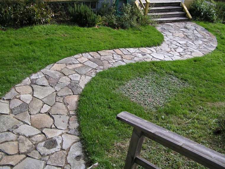 senderos jardines escalera madera cesped lajas