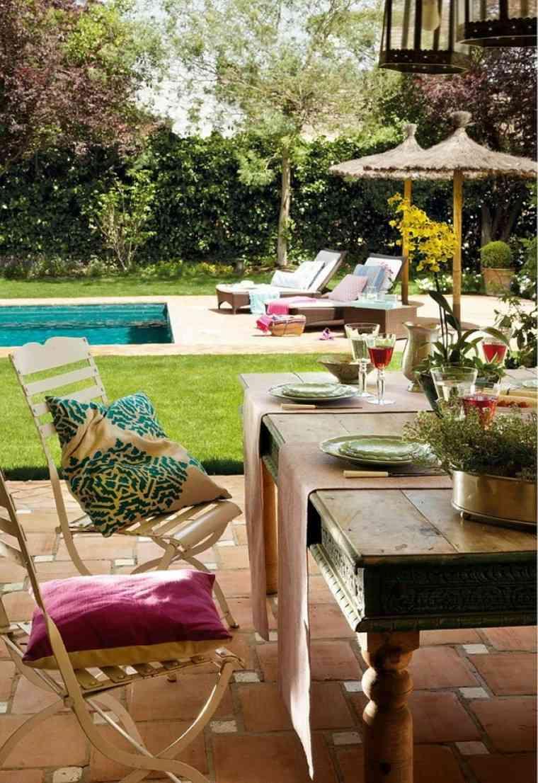 sillas acero mesa madera lugar relajante patio ideas